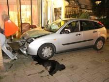 Automobilist ramt gevel van Haags verzorgingstehuis
