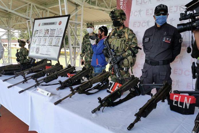 Colombiaanse strijdkrachten tonen de wapens van een groep van 20 leden van de guerillabeweging ELN die zich vorige maand vrijwillig overgaven.