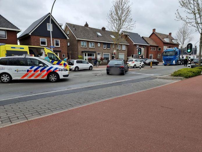 Hulpdiensten arriveren na het ongeluk in Hengelo, waarbij twee voertuigen betrokken waren.