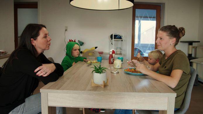 Kristel Verbeke (45, links op de foto) volgt in het programma zes moeders die in armoede leven.