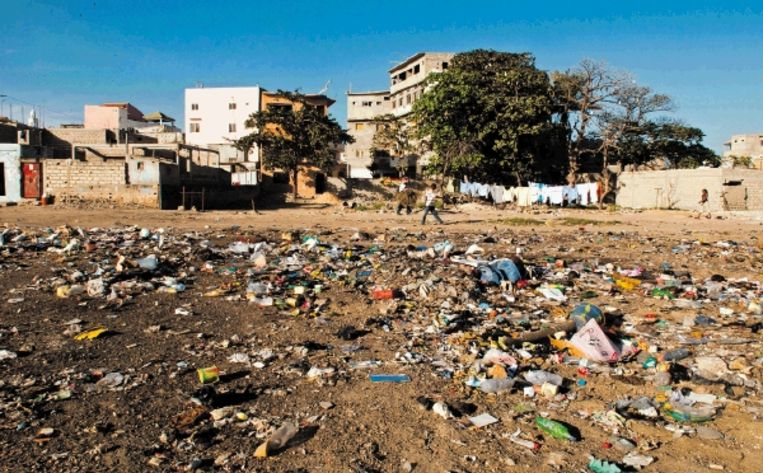 Het straatbeeld in de Ghanese hoofdstad Accra: plastic zo ver als het oog reikt. (Trouw) Beeld