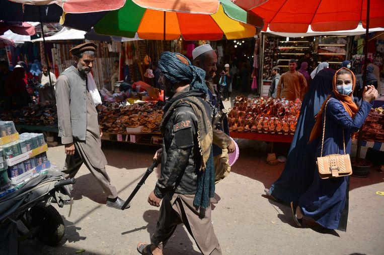 Een Talibanstrijder loopt over een markt in Kabul op 1 september, nadat de VS hun laatste troepen uit Afghanistan hebben teruggetrokken.  Beeld Hoshang Hashimi / AFP