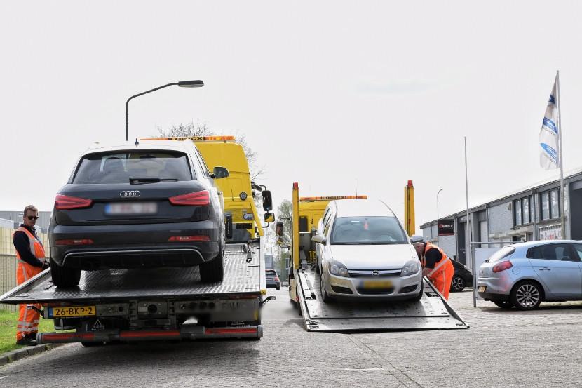 Bij het bedrijf zijn 10 auto's in beslag genomen.