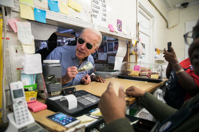 Joe Biden bestelt iets lekkers bij Scott's Bar-B-Que in Hemingway, South Carolina, februari 2020. Beeld NYT
