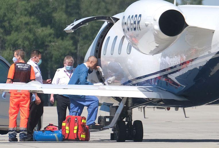 Fabio Jakobsen stapt zelfstandig in het vliegtuig in Pyrzowice op weg naar Nederland. Beeld EPA