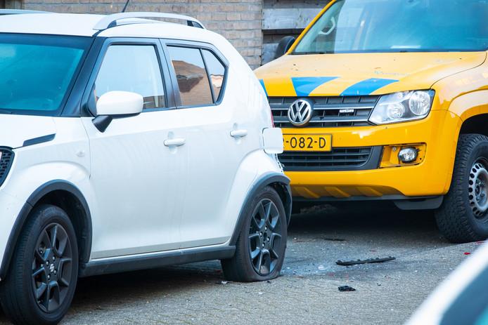 Door de explosie raakte in elk geval één auto beschadigd.