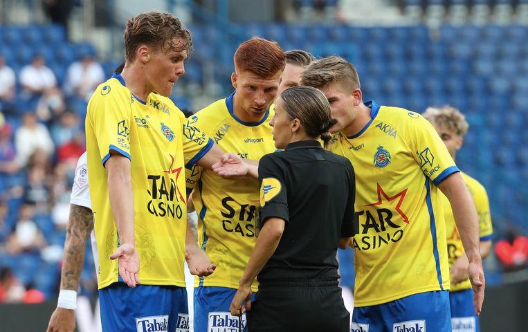 Frappart kalmeert Waasland Beveren-spelers in de vriendschappelijke wedstrijd tegen Paris Saint-Germain.  Beeld Getty Images