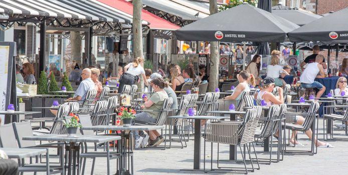 Een vergroot terras op de Grote Markt in Goes, vorige zomer.