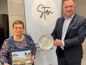 Gemeentebestuur huldigt voorzitter Leona Cloots uit Bunsbeek tijdens viering 60 jaar STAN