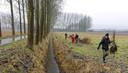 Het voedselbos in Schijndel werd eerder dit jaar aangeplant. Rechts Wouter van Eck, inititiatiefnemer en voorzitter van de stichting Voedselbosbouw Nederland.