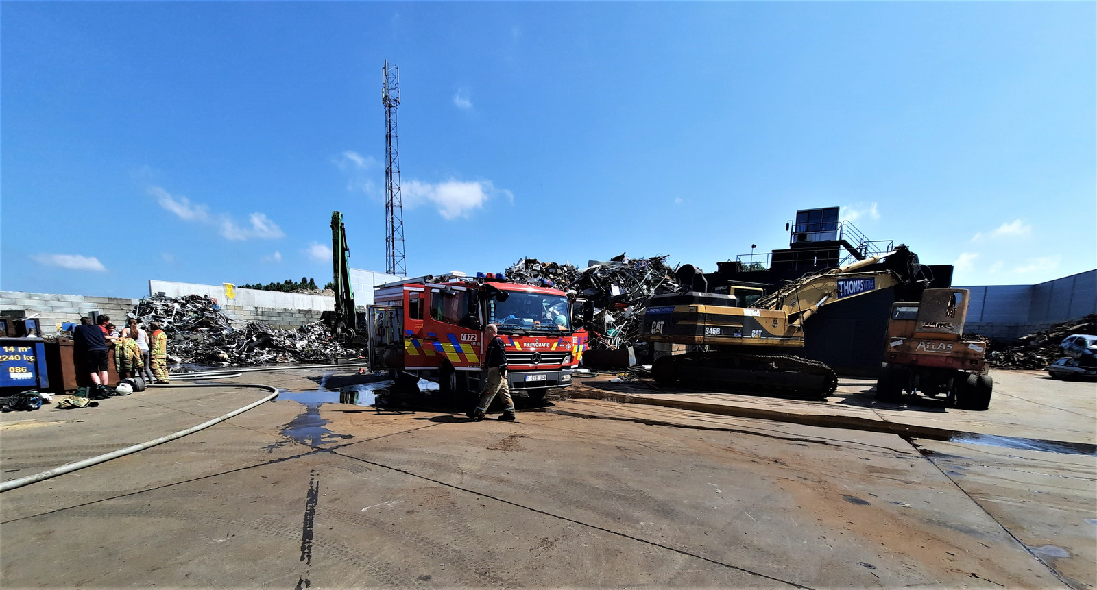 De brand bij recyclagebedrijf Gallo in Gavere was snel onder controle, mede dankzij de grote kraan op het terrein.
