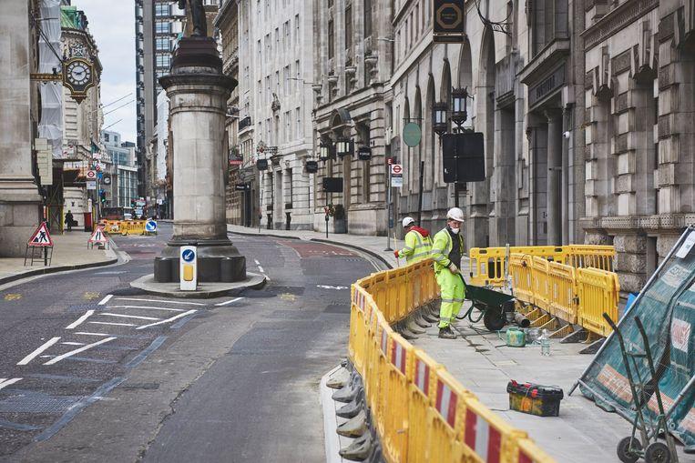 Nu de maatregelen versoepeld werden, kunnen verschillende werven weer opstarten in de voor de rest nog kalme Londense straten. Beeld Photo News