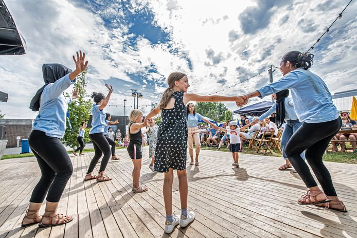Iedereen danst mee tijdens Moulin Bouge.