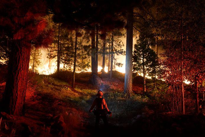 Un pompier surveille le Caldor fire qui brûle près de maisons à South Lake Tahoe, en Californie.