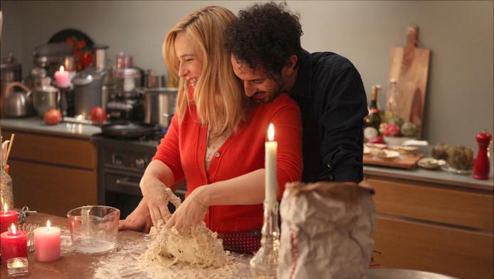 Een screenshot uit de film Soof 2 met Lies Visschedijk en Achmed Akkabi.