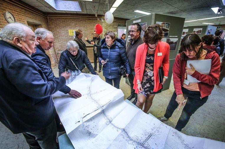 Buurtbewoners bestuderen de kaart van Boezinge.