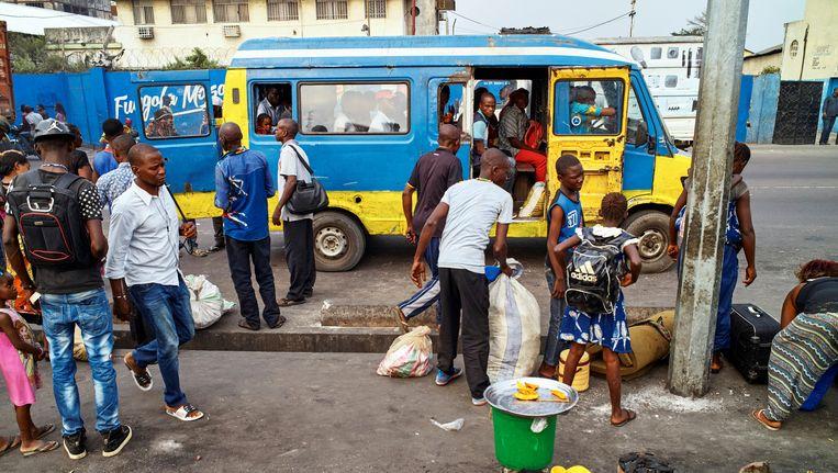 Een taxibus-standplaats in Kinshasa.