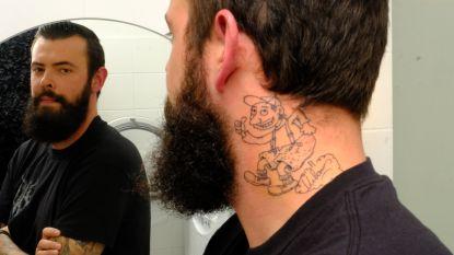 """Urbanus vereeuwigd als tattoo in nek van superfan Bart: """"Hij heeft zelf de tekening gemaakt"""""""