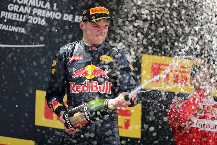 Max Verstappen liet na zijn zege van 2016 in Spanje de champagne rijkelijk vloeien.