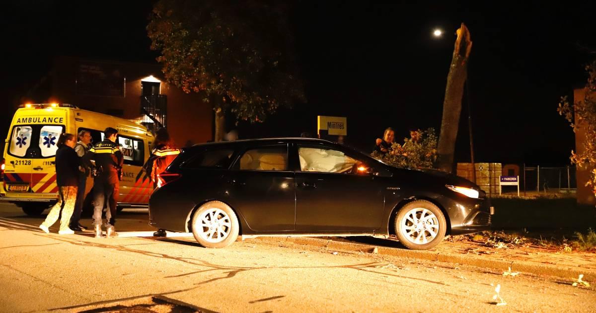 Spin veroorzaakt auto-ongeluk in Cuijk; boom breekt doormidden.