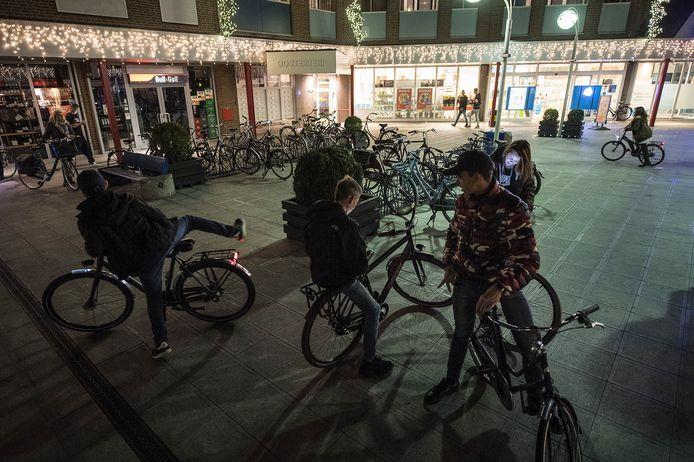 Jongeren op het Europaplein in Wijchen. De jongeren op de foto zijn willekeurige jongeren, ze waren niet bij een overlastsituatie betrokken.