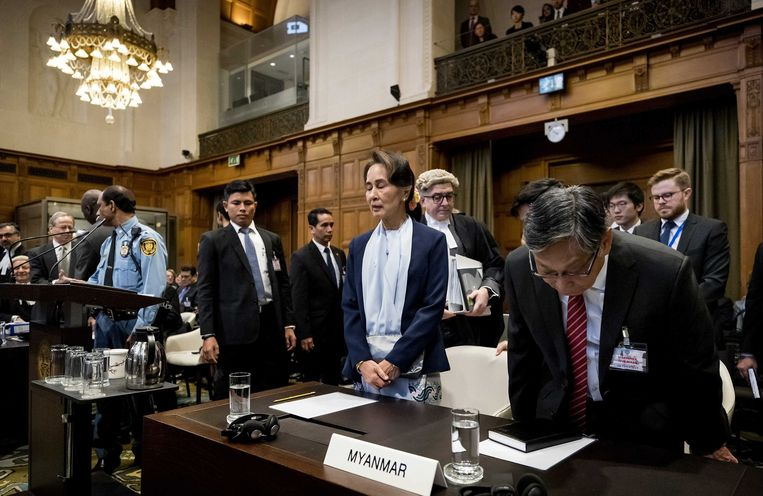 Aung San Suu Kyi (midden) bij haar aankomst op de tweede dag van het proces voor het Internationaal Gerechtshof in het Vredespaleis in Den Haag. Haar land, Myanmar, wordt beschuldigd van genocide op de Rohingya. Beeld Koen van Weel / EPA