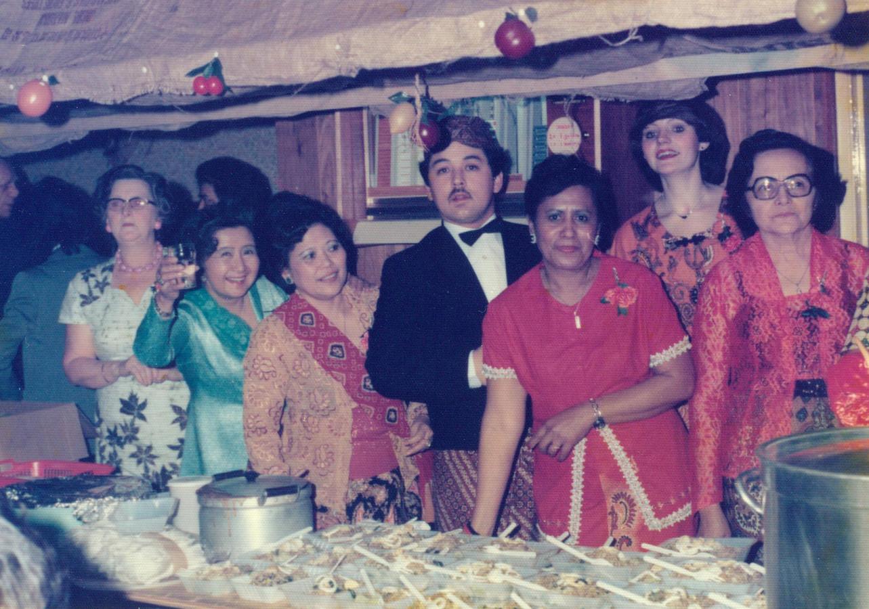 Indische dames koken bij culturele sociëteit Bingo.