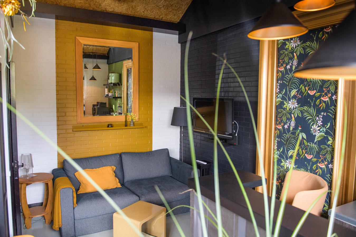 De zithoek in het appartement, eigen design met veel hergebruikte materialen.