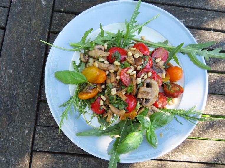 Salade van gemarineerde paddestoelen en tomaten Beeld Loethe Olthuis