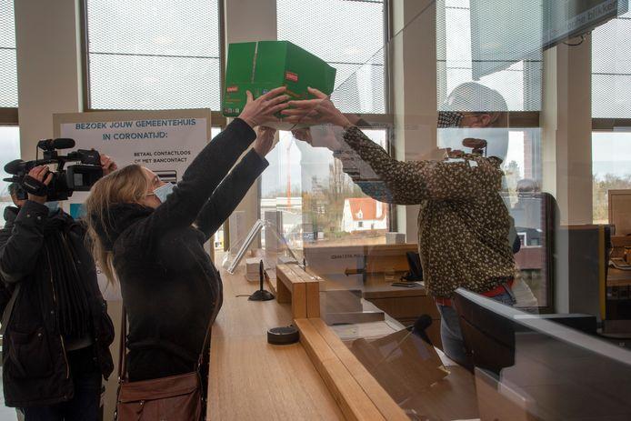 Het comité Wetteren Windstil trok opnieuw met een pak bezwaarschriften naar het gemeentehuis in Wetteren.