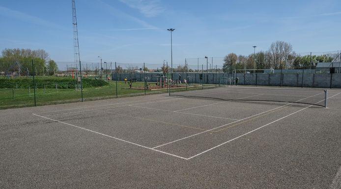 Op dit tennisveld komen in de toekomst twee of drie padelterreinen.