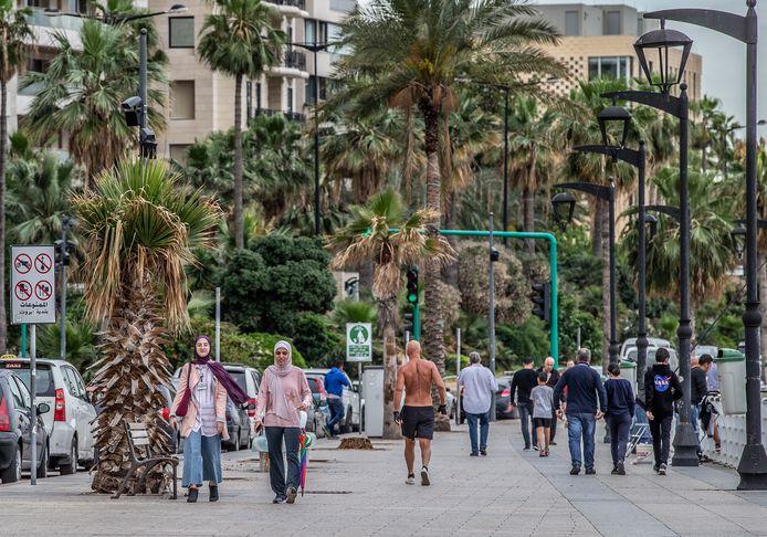 Voetgangers op de boulevard van Beiroet, de hoofdstad van Libanon.