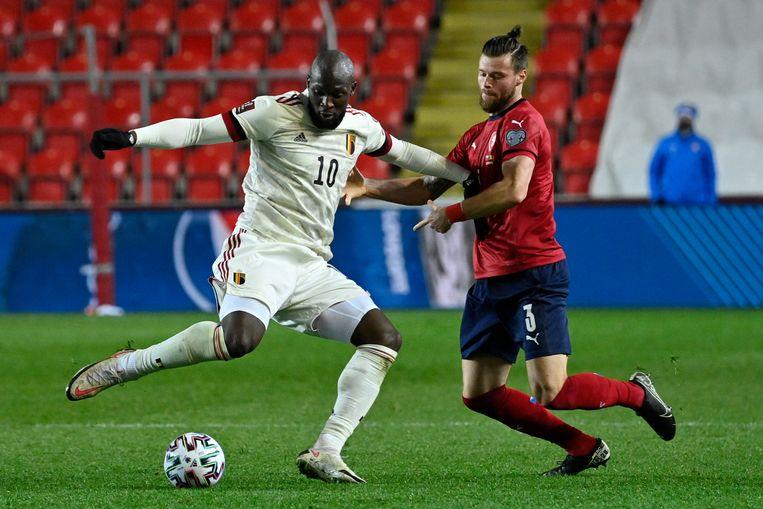 Romelu Lukaku (l) en verdediger Ondrej Celustka vechten om de bal. Beeld BELGA