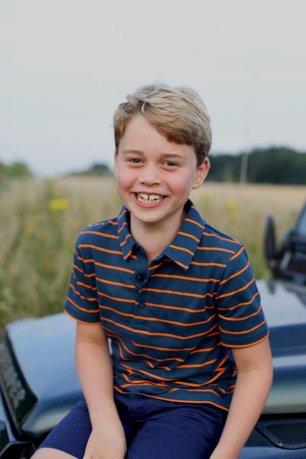 De Britse prins George poseert voor zijn 8ste verjaardag op een Range Rover, op een foto gemaakt door zijn moeder Catherine.