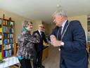Coronaproof elleboogje van burgemeester Jan van Zanen voor An (92) en Guus (94) Ruijl voor hun 70-jarige huwelijk, maandag in de Zonnebloemstraat.