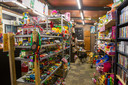 Rekken vol speelgoed in de garage van Charles