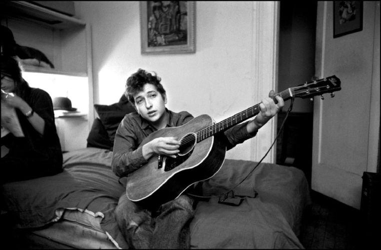 Bob Dylan in zijn appartement in New York City rond 1963. Beeld BrunoPress/Polaris Images
