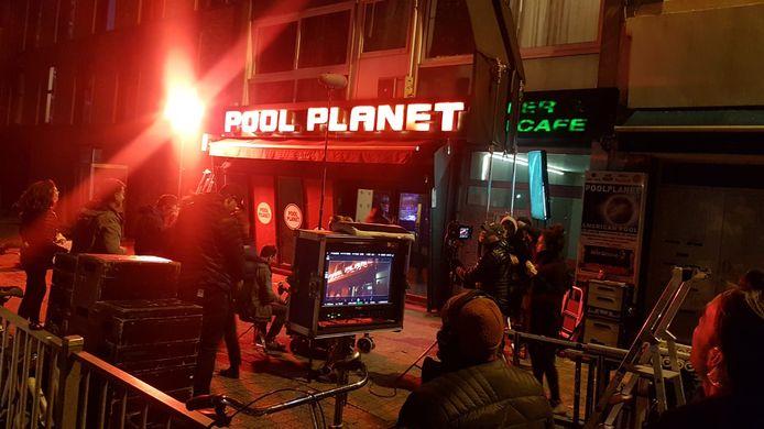 De filmcrew aan de slag voor de met neon verlichte Pool Planet