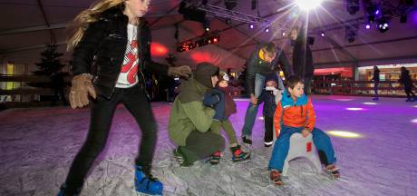 IJsbaan op de Markt in Eindhoven: Krabbelen, vallen en opstaan