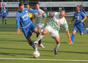 Marko van der Knaap (rechts) duelleert voor het Westlands Elftal met Westlandiaan Steven Olsthoorn.