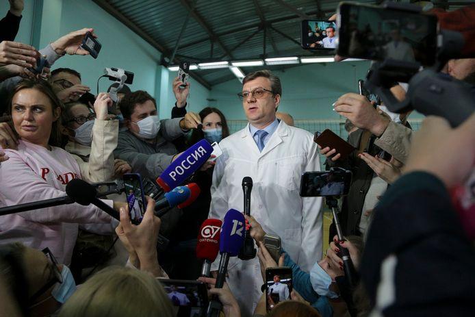 Dokter Alexander Murakhovsky in augustus 2020, terwijl hij met de pers spreekt over Navalny.