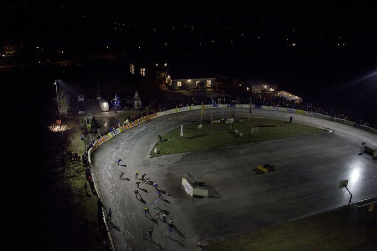 2012-01-31 NOORDLAREN - In Noordlaren wordt de eerste schaatsmarathon op natuurijs in gereden. Foto is gemaakt met behulp van de OctoCopter, een op afstand bestuurde helikopter. ANP PAUL RAATS Beeld ANP