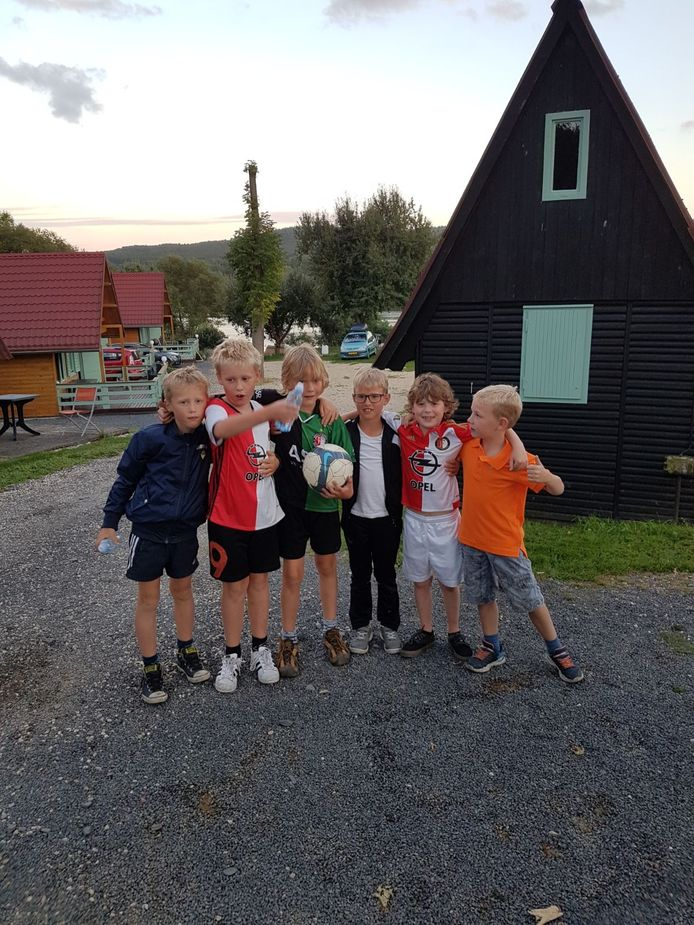 Morris, de kleinzoon van John Klaverkamp heeft op de camping in Cheb, Tjechië al snel leeftijdgenootjes gevonden. Gelukkig hebben ze dezelfde opvattingen over voetbal…
