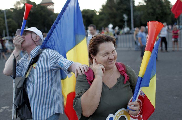 Een echtpaar bij de anticorruptiedemonstraties in de Roemeense hoofdstad Boekarest, 10 augustus 2018. Beeld EPA