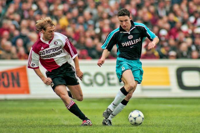 Van Bommel in zijn beste PSV-dagen als speler in duel met Feyenoorder Paul Bosvelt.