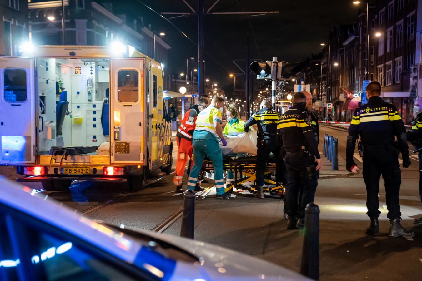 Een van de zwaargewonden wordt gereed gemaakt voor vervoer naar het ziekenhuis.