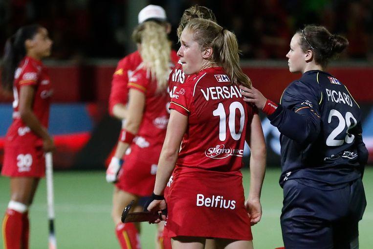 Louise Versavel moet getroost worden na de verloren wedstrijd.  Beeld Photo News