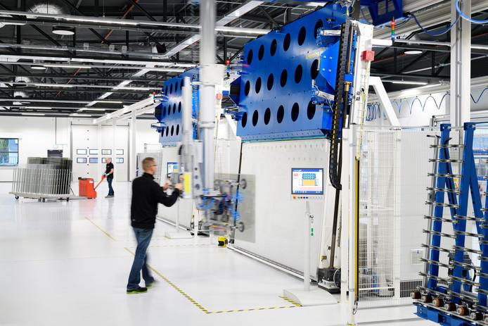 De producten kunnen een gewicht hebben van meer dan 100 kg daarom hebben alle operators gerobotiseerde gereedschappen tot hun beschikking voor handmatige bediening van het glas.
