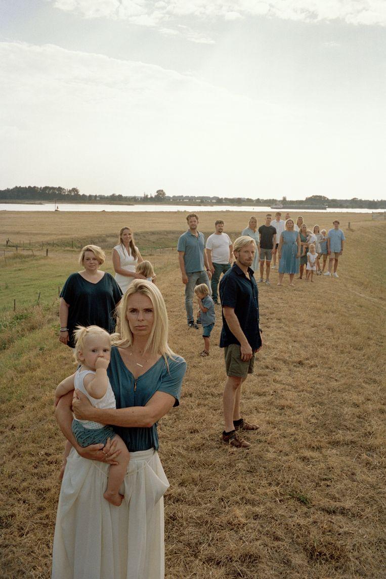 Enkele van de nakomelingen van Jan Karbaat met op de voorgrond Moniek Wassenaar en haar dochtertje.Wassenaar is de enige 'Karbastard' die haar biologische vader in levenden lijve heeft ontmoet. Beeld Lucas van der Rhee