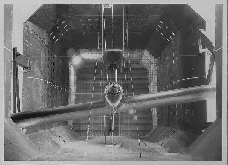 Een model van de 'Schneekufe' (sneeuwsloffen, zie kader) in de kleine windtunnel van het NLL. Beeld Archief Stichting Behoud Erfgoed Nederlands Lucht- en Ruimtevaartcentrum